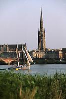 Europe/France/Aquitaine/33/Gironde/Bordeaux: Navigation à voile sur la Garonne, le pont de pierre et la tour de la basilique Saint Michel lors de la fête du fleuve