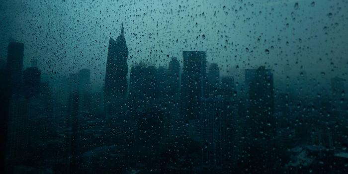 &quot;Una vez so&ntilde;&eacute; con el cielo. Hab&iacute;a gente en esas nubes, en silencio, con la mirada perdida, y sus ilusiones ahogadas en un llanto de invierno&quot;.<br /> <br /> <br /> Sombras de asfalto / Ciudad de Panam&aacute;.<br /> <br /> Edici&oacute;n de 10 | V&iacute;ctor Santamar&iacute;a.