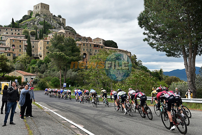 The peloton in action during Stage 3 of the 2019 Giro d'Italia, running 220km from Vinci to Orbetello, Italy. 13th May 2019<br /> Picture: Fabio Ferrari/LaPresse | Cyclefile<br /> <br /> All photos usage must carry mandatory copyright credit (© Cyclefile | MFabio Ferrari/LaPresse)