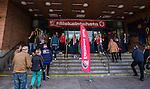 Eskilstuna 2014-05-15 Handboll SM-semifinal Eskilstuna Guif - Alings&aring;s HK :  <br /> Publik p&aring; v&auml;g till huvudentr&eacute;n i Sporthallen i Eskilstuna innan matchen mellan Eskilstuna Guif och Alings&aring;s <br /> (Foto: Kenta J&ouml;nsson) Nyckelord:  Eskilstuna Guif Sporthallen Alings&aring;s AHK SM Semifinal Semi supporter fans publik supporters utomhus exteri&ouml;r exterior
