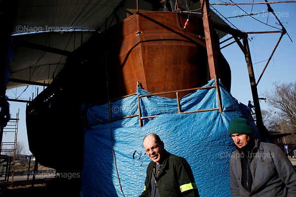 Reportaz zrobiony w dwoch ogromnych gospodarstwach rolnych na Bialorusi. Jedno z nich odwiedzil prezydent Aleksandr Lukaszenko i oglosil narodowi swoja wole, by kraj stal sie gigantycznym eksporterem ziemniakow. Ma byc to glowny towar eksportowy, dzieki ktoremu Bialorus zarabiac b?dzie 300 mln dolarow rocznie.