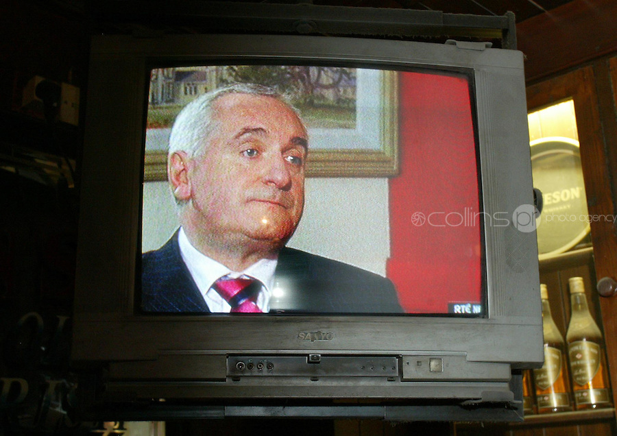 26/9/2006.Members of the public watch TV in Kielys pub An Taoiseach Bertie Ahern TD speaking to RTE news in regards to payments totalling £39,000which were made to him in the early 1990s when he was Minister for Finance..Photo: Collins