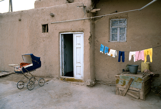 UZBEKISTAN, KHIVA, OLD TOWN, HOUSE WITH LAUNDRY & STROLLER