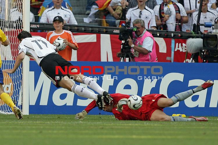 FIFA WM 2006 -  Round of Sixteen - / Viertelfinale <br /> Play    #49 (24-Jun) - Deutschland - Schweden 2:0<br /> <br /> Zweikampfsituation zwischen Miroslav KLose und Keeper andreas Isaksson, die anschliessend zum 2:0 durch Podolski f&uuml;hrte<br /> <br /> Foto &copy; nordphoto