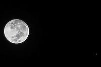 SÃO PAULO,SP, 22.03.2016 - LUA-JUPITER - Planeta Jupiter é visto próximo a Lua na fase crescente a partir do bairro da Bela Vista na cidade São Paulo, na madrugada desta terça-feira, 22. O fenômeno se dá pois ele e a Terra estão do mesmo lado em relação ao sol, desta forma, ele fica iluminado diretamente pelo sol. (Foto: William Volcov/Brazil Photo Press)