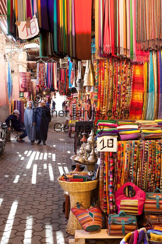 Morocco, Marrakech: The Souk, selling colourful textiles | Marokko, Marrakesch: bunte, farbenfrohe Stoffe werden im Soukh angeboten
