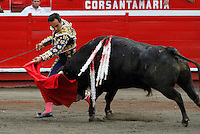 MANIZALES-COLOMBIA. 09-01-2016: El Cid lidiando su segundo toro de la ganadería Achury viejo durante la cuarta corrida como parte de la versión número 60 de La Feria de Manizales 2016 que se lleva a cabo entre el 2 y el 10 de enero de 2016 en la ciudad de Manizales, Colombia. / The bullfighter El Cid struggling his second bull during the fourth bullfight as part of the 60th version of Manizales Fair 2016 takes place between 2 and 10 January 2016 in the city of Manizales, Colombia. Photo: VizzorImage / Santiago Osorio / Cont