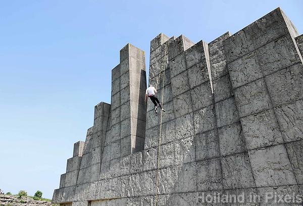 Nederland Amsterdam  mei 2018. In recreatiegebied Spaarnwoude (tussen IJmuiden, Haarlem en Amsterdam) bevindt zich een kunstobject dat ontworpen is door de Leidse beeldhouwer Frans de Wit. Het object is een klimmuur en heeft als doel kunst en recreatie te integreren.. Foto Berlinda van Dam / Hollandse Hoogte