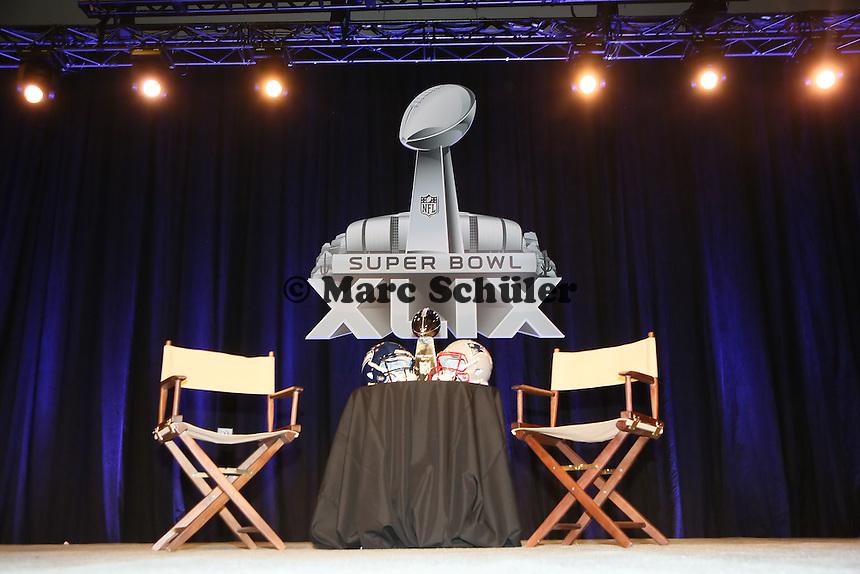Helme der Seattle Seahawks und New England Patriots mit der Vince Lombardi Trophy - Gemeinsame Team Pressekonferenz Super Bowl XLIX, Convention Center Phoenix