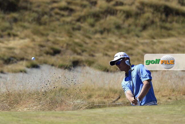 John SENDEN (AUS) chips from a bunker at the 17th green during Sunday's Final Round of the 2015 U.S. Open 115th National Championship held at Chambers Bay, Seattle, Washington, USA. 6/22/2015.<br /> Picture: Golffile | Eoin Clarke<br /> <br /> <br /> <br /> <br /> All photo usage must carry mandatory copyright credit (&copy; Golffile | Eoin Clarke)
