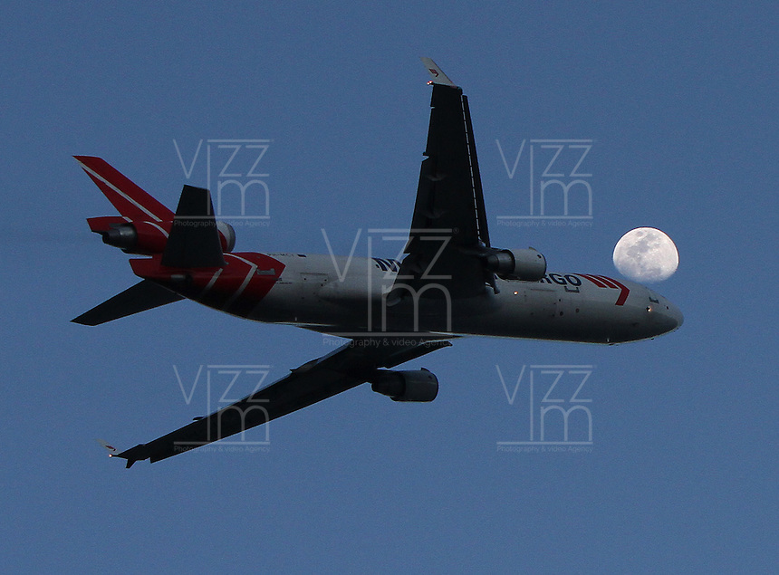BOGOTA -COLOMBIA-2-DICIEMBRE- 2014 . Un avion Cargo pasa frente a la luna al atardecer en la capital . / . A Cargo  airplane passes in front of the moon at sunset in the capital . Photo: VizzorImage/ Felipe Caicedo / Staff