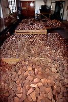 Pipa Castello a Cantù, storica fabbrica artigianale di pipe, dai primi anni del '900, magazzino radica