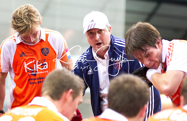 LEIPZIG -  Bondscoach Robin Rosch (m) vrijdag na de wedstrijd tussen Nederland en Rusland (2-3) bij het EK Zaalhockey in Leipzig.  links Robert Tigges, rechts Sjoerd de Wert.. ANP KOEN SUYK