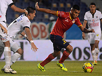 BARRANQUILLA -COLOMBIA-11-OCTUBRE-2014. Jhon Mendez (Der)  de Uniautonoma disputa el balon con Jhonatan Lopera del Once Caldas ,  partido de la Liga  Postobon 14 fecha disputado en el estadio Metropolitano. / Jhon Mendez (R) of Uniautonoma dispute the ball with Jhonatan Lopera of Once Caldas , match of the Liga  Postobon 14th date  round match at the Metropolitano stadium  Photo: VizzorImage / Alfonso Cervantes / Stringer