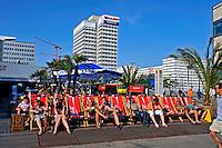 Pessoas tomando sol na Alexanderplatz em Berlin. Alemanha. 2011. Foto de Juca Martins.