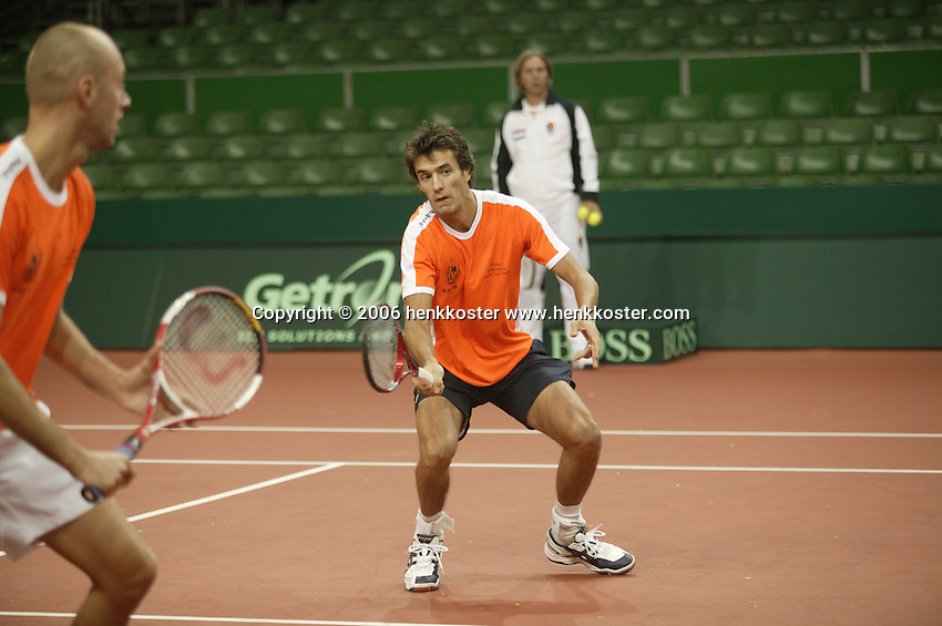 7-2-06, Netherlands, Amsterdam, Daviscup, first round, Netherlands-Russia, training for dubbles , John van Lottum and Peter Wessels(l)being watched by coach Hugo Ekker