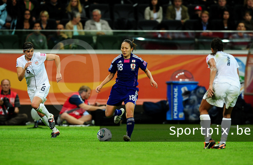 Fifa Women's World Cup Germany 2011 : Japan - USA  at Commerzbank Arena Frankfurt : Karina Maruyama aan de bal voor Amy Le Peilbet.foto DAVID CATRY / Vrouwenteam.be