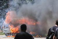 Manifestantes do grupo Black Bloc incendeiam dois carro da Tv Tem (filiada a rede globo) e uma viatura da Policia Militar e fecham a rodovia Raposo Tavares.  Apos ser fechada a via de acesso ao Instituto Royal durante protesto contra a vivissecção (testes em animais vivos) no quilômetro 56 da Rodovia Raposo Tavares, próximo à São Roque (SP), , na manhã deste sábado. Na madrugada da última sexta-feira ativistas invadiram o laboratório do local e resgataram 178 cães da raça Beagle que eram submetidos a testes. (Foto: William Volcov / Brazil Photo Press).
