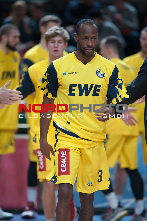 10.02.2019, &Ouml;VB Arena, Bremen, GER, easy Credit-BBL, Eisb&auml;ren Bremerhaven vs EWE Baskets Oldenburg, im Bild<br /> im Hintergrund der 17-Jaehrige<br /> Will CUMMINGS (EWE Baskets Oldenburg #3 )<br /> Alexander HOPP (EWE Baskets Oldenburg #4 )<br /> Foto &copy; nordphoto / Rojahn
