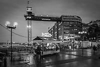 Nystekt strömming och Katarinahissen vid Södermalmstorg Slussen höst Stockholm i svartvitt