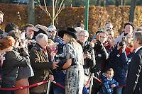 ALGEMEEN: JOURE: 21-11-2014, Bezoek Koningin Maxima bij de officiële opening van de Brede School, Herman Kramer geeft Koningin Maxima een bloemetje, ©foto Martin de Jong