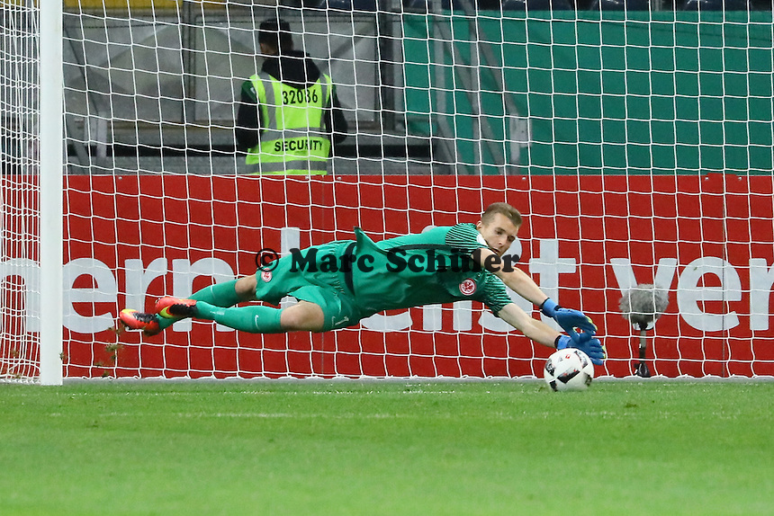 Torwart Lukas Hradecky (Eintracht Frankfurt) hält - 25.10.2016: Eintracht Frankfurt vs. FC Ingolstadt 04, 2. Hauptrunde DFB-Pokal, Commerzbank Arena