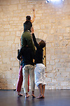 Changement de cap #2<br /> <br /> Chorégraphie Anthony Prigent - Ensemble des Arts et Traditions Populaires du Léon Bleuniadur Composition musicale et interprétation sur acousmonium* Alcôme : Paul Ramage<br /> Danse : Eve Bouchelot, Marion Jousseaume, Pierre Lison et Hugues Rondepierre<br /> Lieu Fondation Royaumont - Salle des charpentes<br /> Cadre Prototype VI<br /> Date 30/08/2019<br /> Des corps au sol, enchevêtrés, qui bientôt se déploient doucement, comme un amas duquel émerge des bras et des jambes. Au son, une tempête semble souffler, puis on perçoit des fragments de phrases d'une voix qu'on devine âgée, où il est question d'un univers à la fois fabuleux et inquiétant. Sur le plateau la masse se soulève, les corps se redressent et forment une procession… Partant d'un documentaire sur une femme qui fut écrivaine, poète et paysanne en Bretagne, Anthony Prigent poursuit son exploration de la culture dont il est issu. Mais en choisissant de travailler avec Paul Ramage, compositeur de musique concrète et électroacoustique et des interprètes qui méconnaissent la grammaire des danses populaires et paysannes bretonnes, il fait un pas de côté. Il en résulte un « Changement de cap » qui à partir de l'évocation de paysages visuels et sonores, restitue quelque chose de ce qu'est une communauté, un individu, et une pulsation et cherche un nouveau souffle pour une danse bretonne et actuelle.