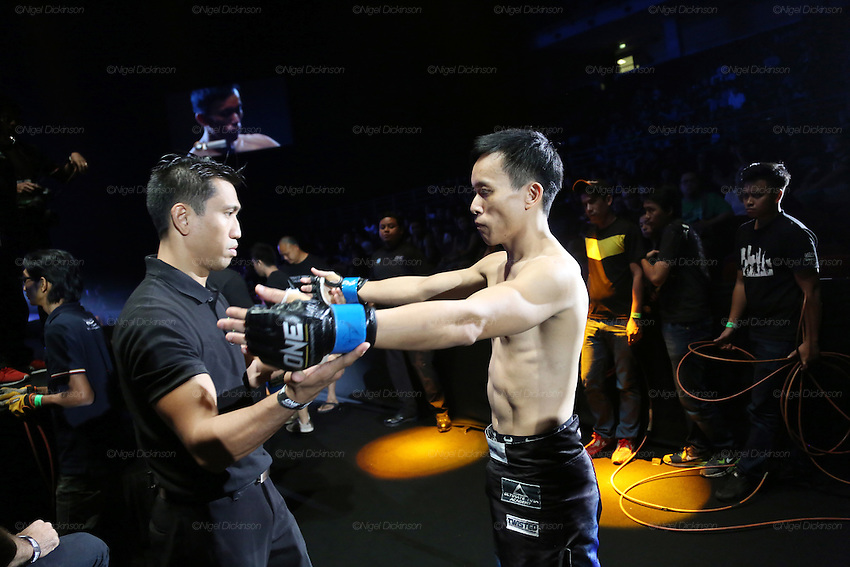 Melvin Yeoh, South Malaysia Muay Thai Champion, enters the stadium and prepares for the fight with Thai Saiful Merican<br />