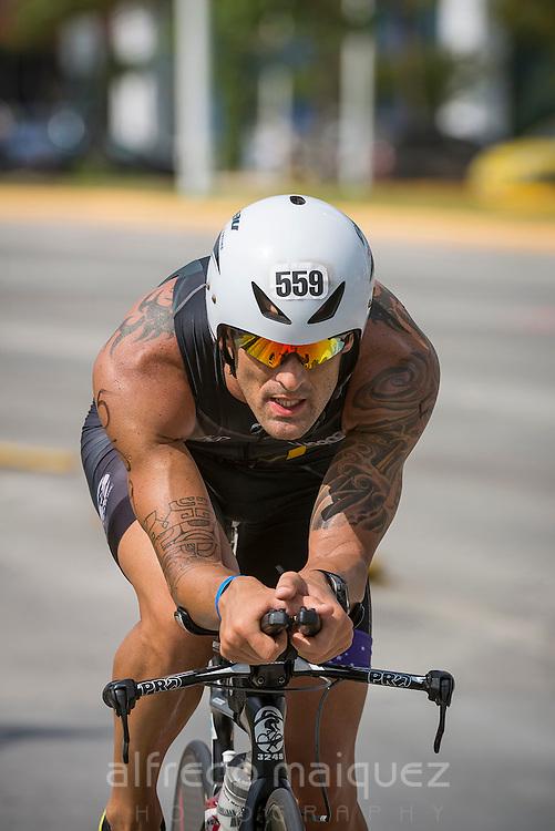 Denis Martins, Brasil, on the Ironman 70.3 Panama-Triathlon, 2014, cycling stretch