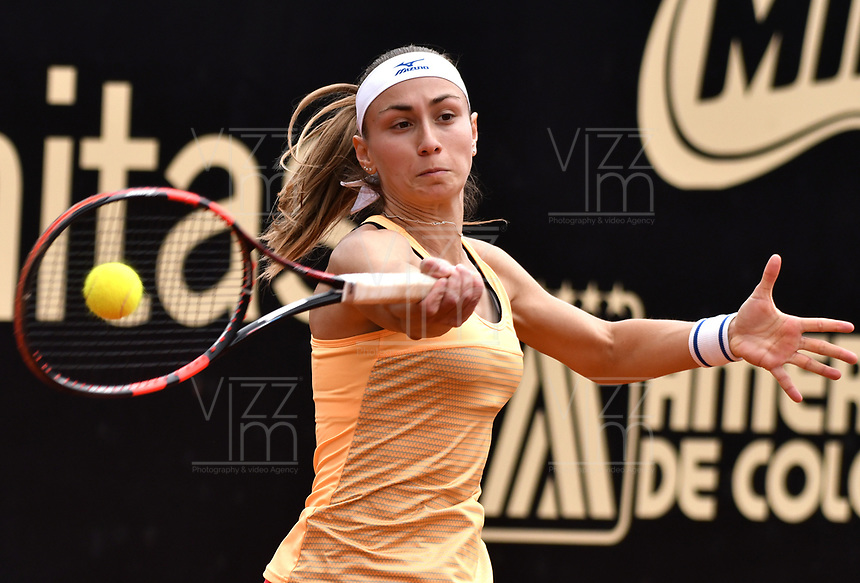 BOGOTA - COLOMBIA – 10 – 04 - 2017: Aleksandra Krunic de Serbia, devuelve la bola a Mariana Duque de Colombia, durante partido por el Claro Colsanitas WTA, que se realiza en el Club Los Lagartos de la ciudad de Bogota. / Aleksandra Krunic of Serbia,  returns the ball to Mariana Duque of Colombia, during a match for the WTA Claro Colsanitas, which takes place at Los Lagartos Club in Bogota city. Photo: VizzorImage / Luis Ramirez / Staff.
