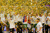 Jubel im Goldregen Mannschaft Frisch Auf, Enid Tahirovic mit dem Pokal