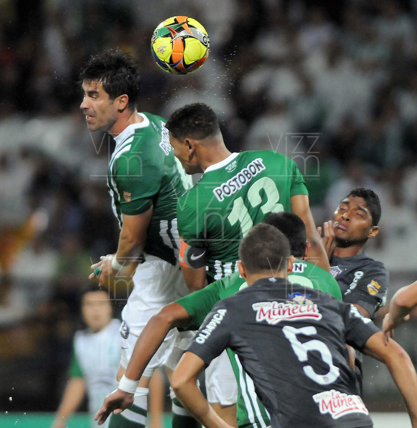 MEDELLIN -COLOMBIA- 01 -12 -2013. Juan Pablo Angel  del Atletico Nacional cabecea el balon contra el Atletico Junior , encuentro de los cuadrangulares finales de la Liga Postobon jugado en el estadio Atanasio Girardot /  Juan Pablo Angel  of Atletico Nacional heads the  balloon against Atletico Junior, meeting the end-runs Postobon League played at Atanasio Girardot stadium.Photo: VizzorImage / Luis Rios  / Stringer
