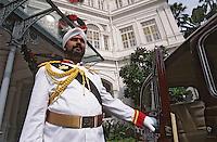 Asie/Singapour/Singapour: Raffles Hôtel - L'imposant gardien du célèbre hôtel