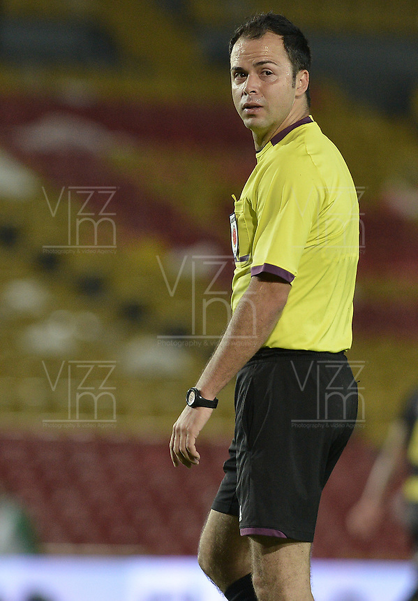 BOGOTÁ -COLOMBIA, 18-01-2015. Gustavo Gonzalez arbitro durante el encuentro entre Cortulua y Deportivo Pereira por la fecha 2 de los cuadrangulares de ascenso Liga Aguila 2015 jugado en el estadio El Campín de la ciudad de Bogotá./ Gustavo Gonzalez referee during the match between Cortulua and Deportivo Pereira for the second date of the promotional quadrangular Aguila League 2015 played at El Campin stadium in Bogotá city. Photo: VizzorImage/ Gabriel Aponte / Staff