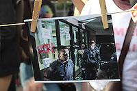 """SÃO PAULO,SP, 10.06.2016 - PROTESTO-SP - Fotografias de manifestações contra o presidente em exercício Michel Temer e em defesa do mandato da presidente Dilma Rousseff são exibidas no vão livre do Museu de Arte de São Paulo (MASP) durante o ato """"Fotógrafos contra o Golpe !"""", na avenida Paulista, nesta sexta-feira, 10. (Foto: Adar Rodrigues/Brazil Photo Press)"""