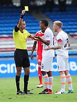 CALI - COLOMBIA - 28 -  03 - 2018: Carlos Ortega (Izq.) arbitro, muestra tarjeta amarilla a Diego Moreno (Der.) jugador de Envigado F. C., durante partido entre America de Cali y Envigado F. C., de la fecha 11 por la Liga Aguila I 2018 jugado en el estadio Pascual Guerrero de la ciudad de Cali. / Carlos Ortega (L), referee, shows yellow card to Diego Moreno (R) player of Envigado F. C., during a match between America de Cali and Envigado F. C., of the 11th date for the Liga Aguila I 2018 at the Pascual Guerrero stadium in Cali city. Photo: VizzorImage / Nelson Rios / Cont.