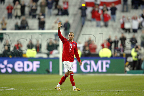 26 March 2008: England midfielder David Beckham, after making his 100th appearance for England, waves to the crowd after the International Friendly game between France and England, played at Stade de France, Paris. France won the game 1-0. Photo: Neil Tingle/Actionplus....080326 football soccer player