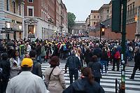 Roma, 27 aprile 2014, Fedeli in Piazza Risorgimento che cercano di raggiungere Piazza san Pietro - Rome, 27th April 2014, Faithful in Piazza Risorgimento trying to reach St Peter's Square.