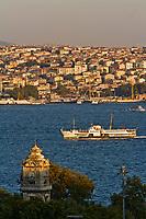 Europe/Turquie/Istanbul :  Tour d'horloge du palais de Dolmabahçe et la rive orientale du  Bosphore
