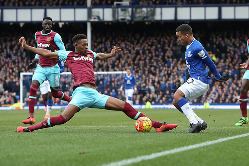 05.03.2016. Goodison Park, Liverpool, England. Barclays Premier League. Everton versus West Ham. Aaron Lennon of Everton is tackled by Reece Oxford of West Ham United