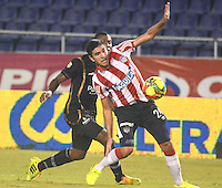 BARRANQUIILLA -COLOMBIA-17-SEPTIEMBRE-2014. Jorge Ortega (Der) del Atletico junior  disputa el balon con Andres Gomez de Llaneros F.C., partido de la Copa  Postobon octavos de final disputado en el estadio Metroplitano.  / Jorge Ortega (R) of Atletico Junior dispute the ball with FC Llaneros Andres Gomez , party Postobon Cup finals match at the Metropolitano stadium. Photo: VizzorImage / Alfonso Cervantes / Stringer