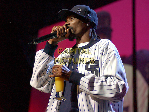 SNOOP DOGG.Performs live at 102.7Õs KIIS-FMÕs 4th Annual Jingle Ball held at The Pond of Anaheim in Anaheim, California, USA, December 4th 2004..half length gig on stage concert hat cap baseball top orange drink glass.Ref: DVS.www.capitalpictures.com.sales@capitalpictures.com.©Capital Pictures.