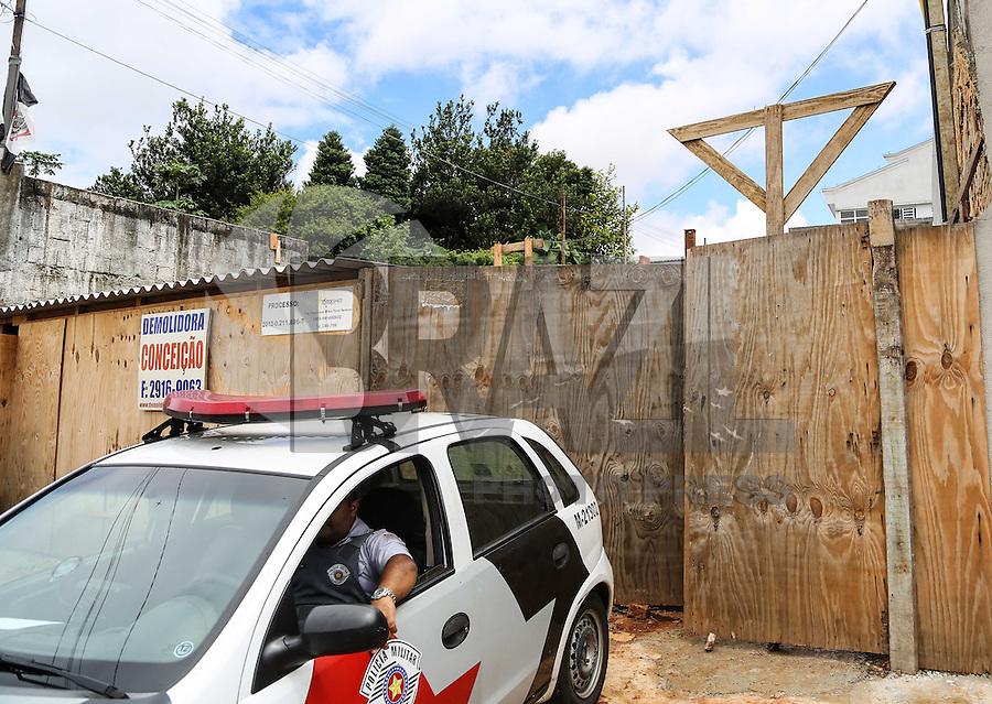 SAO PAULO, SP, 04 FEVEREIRO 2013 - DESMORONAMENTO VITIMA - Desmoronamento em construção no bairro da Vila Prudente deixou um operario soterrado ate a altura da cintura a vitima foi resgatada pelo Corpo de Bombeiros e encaminhada ao hospital de Vila Alpina no inicio da tarde desta segunda-feira, 04. (FOTO: WILLIAM VOLCOV / BRAZIL PHOTO PRESS).