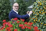 Foto: VidiPhoto<br /> <br /> LEERSUM - Arnoud Oortwijn van Oase Lease uit Leersum tussen zijn bloemenpiramides. Volgens hem neemt -naast de biodiversiteit- de leefbaarheid, gezelligheid en welzijn van burgers toe door de aanwezigheid van bloemenpiramides en hanging baskets.