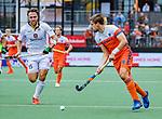 Den Bosch  -  Emmanuel Stockbroekx (Belgie) met Bjorn Kellerman (Ned)    tijdens   de Pro League hockeywedstrijd heren, Nederland-Belgie (4-3).     COPYRIGHT KOEN SUYK