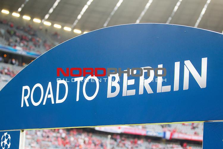 12.05.2015, Allianz Arena, Muenchen, GER, UEFA CL Halbfinale, FC Bayern Muenchen vs. FC Barcelona, im Bild Schild Road to Berlin<br /> <br />  Foto &copy; nordphoto / Straubmeier