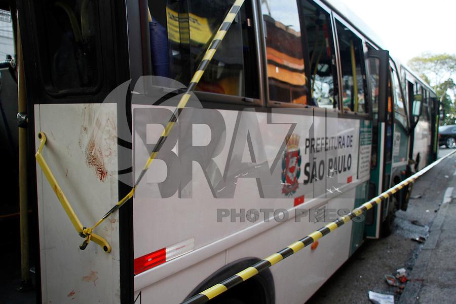 S&Atilde;O PAULO,SP,23JULHO 2011 - ACIDENTE LOTA&Ccedil;&Atilde;O<br /> Um acidente envolvendo duas lota&ccedil;oes e dois carros deixou 16 pessoas com ferimentos leve e foram encaminhadas para hospitais da regi&atilde;o,segundo informa&ccedil;oes de populares o motorista da lota&ccedil;&atilde;o que causou o acidente estaria embriagado.FOTO ALE VIANNA - NEWS FREE.