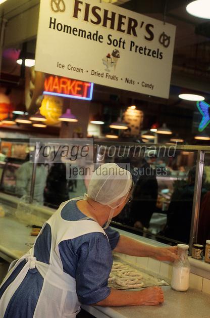 """Amérique/Amérique du Nord/USA/Etats-Unis/Vallée du Delaware/Pennsylvanie/Philadelphie : Amish au marché """"The Reading Terminal Market"""" - Femme préparant des gâteaux"""