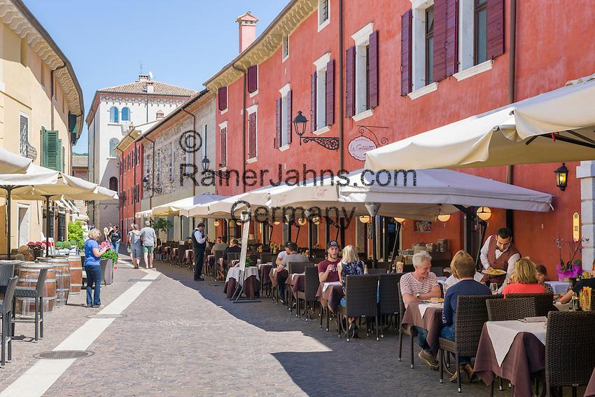 Italy, Veneto, Lake Garda, Bardolino: strolling and eating out at Via San Martino   Italien, Venetien, Gardasee, Bardolino: Flanieren und Essen in der Via San Martino