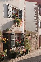 Europe/France/Aquitaine/64/Pyrénées-Atlantiques/Pays-Basque/Saint-Jean-Pied-de-Port: Détail maison ancienne - Rue de la Citadelle